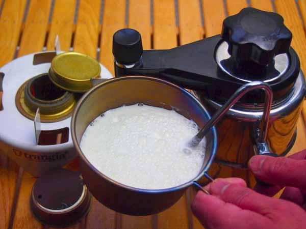 コーヒーを淹れたあと、ポット内の圧力蒸気を利用してミルクを温め、フワフワに泡立てることも可能なのです。