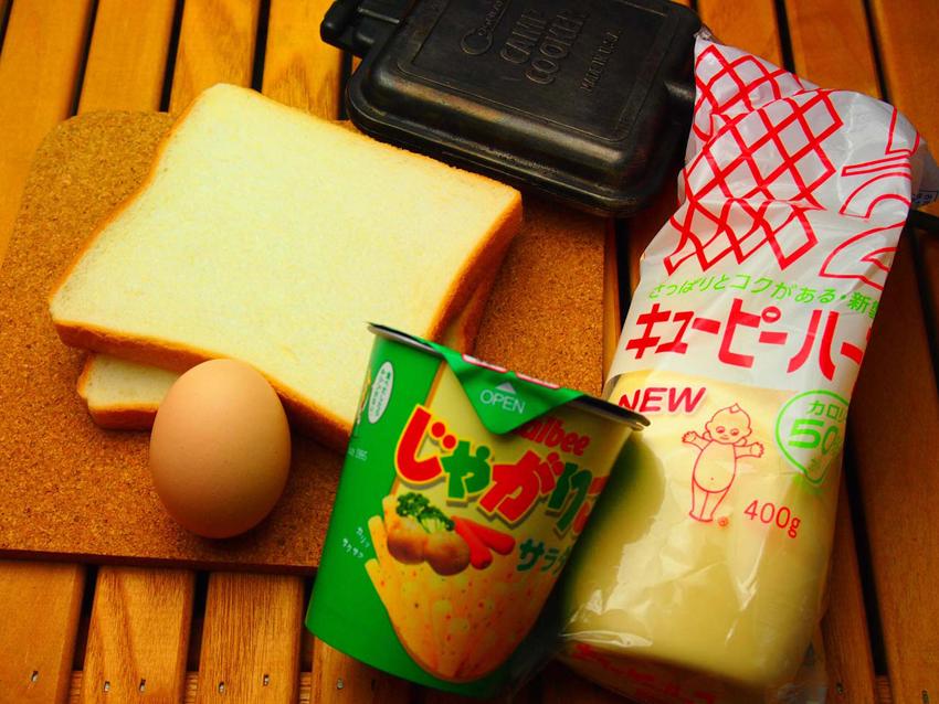 1:材料は、食パンとマヨネーズ、じゃがりこサラダ味。ゆで卵なら運搬中に割れることを気にしなくてOK
