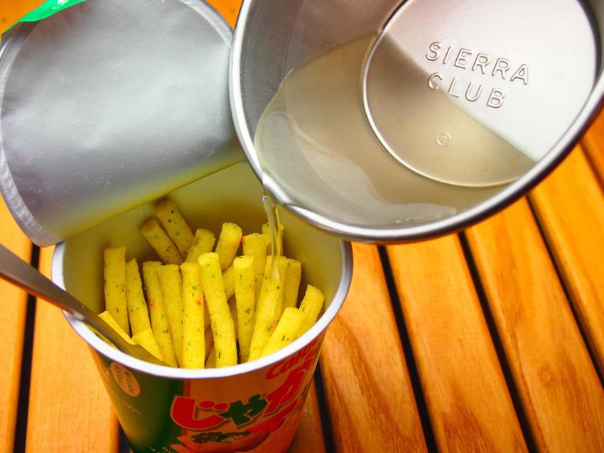 2:じゃがりこサラダ味のパック半分を使い、水100ccに漬け、ふやけたところで砕くとポテトサラダの完成。