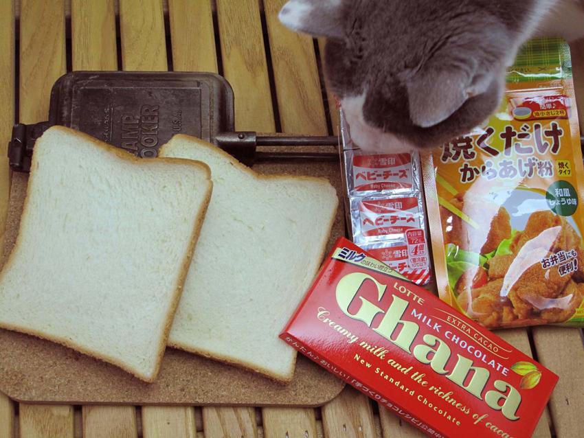 1:食パンに挟むのはチーズにチョコレート。「焼くだけからあげ粉」はパン外側のコーティングに使う。