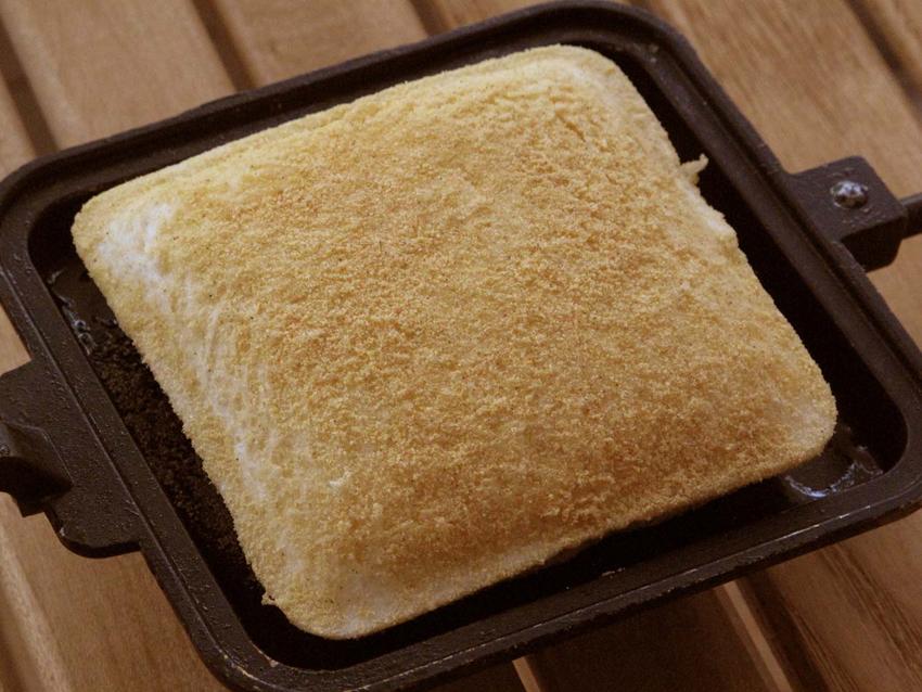3:湿らしたキッチンなどでサンドを一旦包み、表面をウェットにさせてから「焼くだけからあげ粉」をまぶす。
