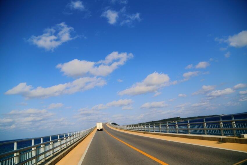 宮古島と伊良部島を結ぶ伊良部大橋は、通行料を徴収しない橋として日本最長なのだそう。全長3.5kmの橋を自転車はクルマより早く駆け抜けていきます。