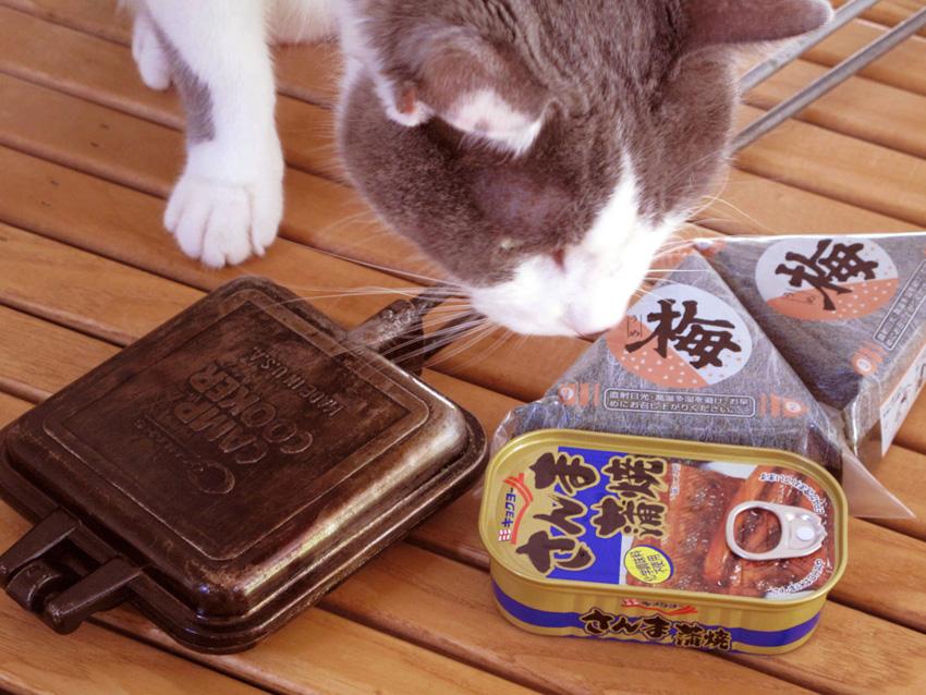 1:材料は梅オニギリとサンマの蒲焼き缶。ウナギと梅の食べ合わせが悪いというのは、どうやら迷信らしい。
