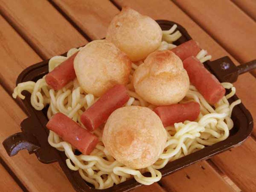2:そば麺は片面1/4玉。撮影の都合上プチシューは4個しか乗ってないが、8個くらいクリーム多めがベスト。