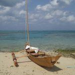 伝統的な漁船「サバニ」でカニ漁に出る。