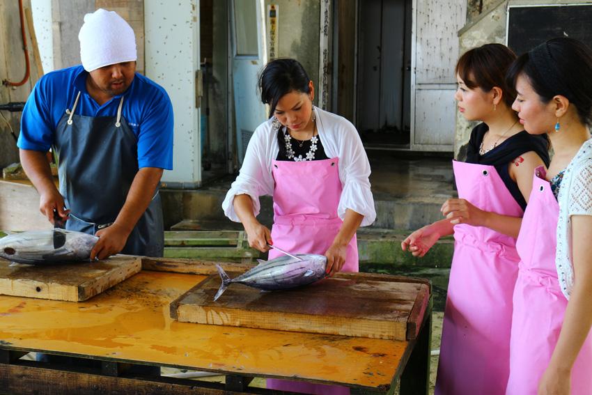 宮古島ひとときさんぽツアー「なりきり漁師 魚さばき体験&ランチ」画像提供:プラネット・フォー