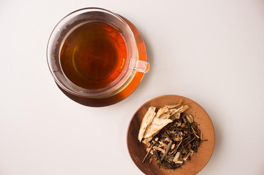和束町でとれた堀川ごぼうをドライチップにし、ほうじ茶に加えたブレンドティー